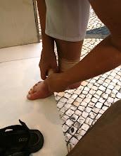 Photo: Huonoa onnea Makaossa - Pirkko nyrjäytti nilkkansa pahasti, tässä sitomassa sitä.