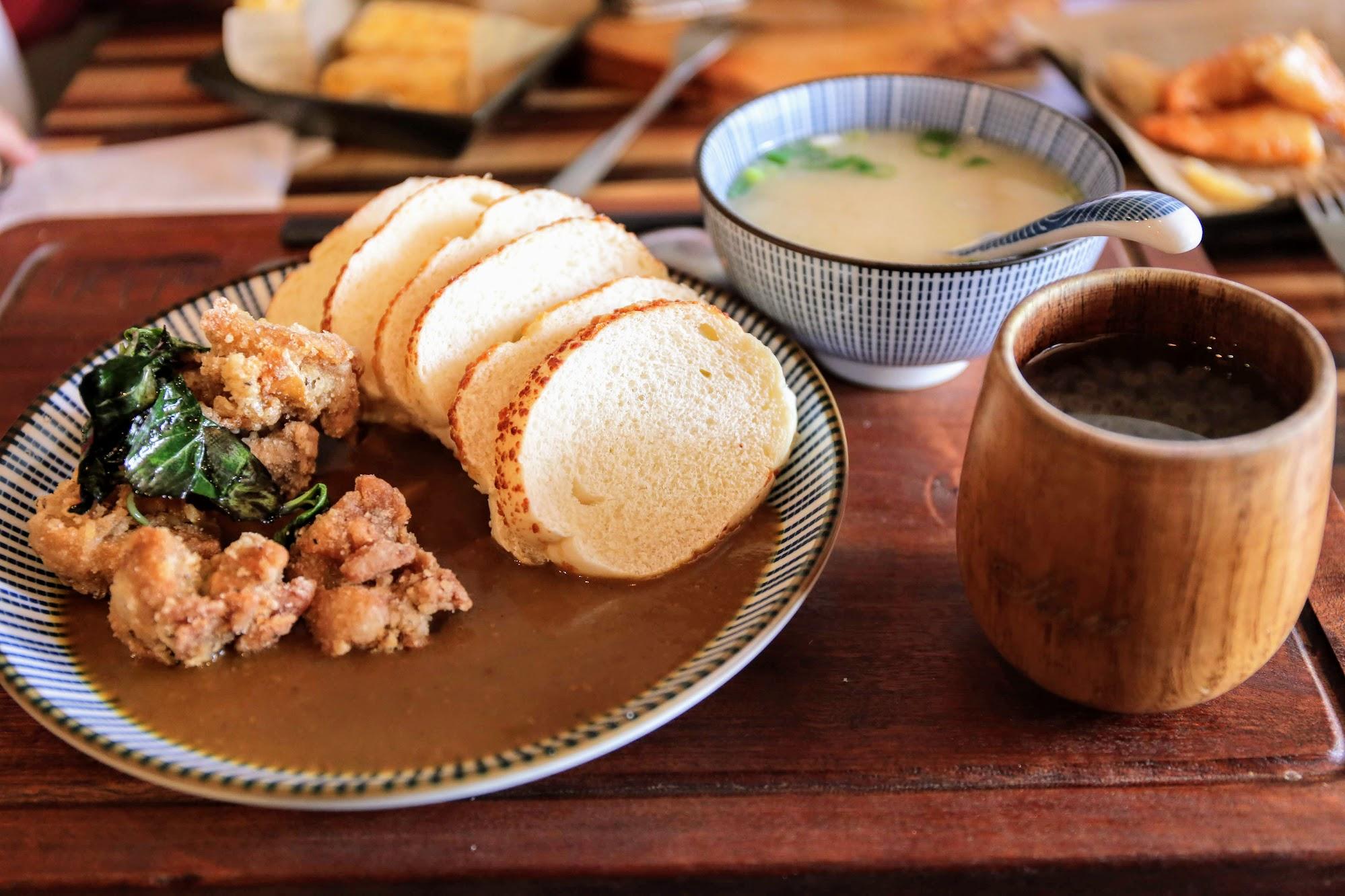 是黃咖哩,湯汁給得很多,沾著麵包吃頗讚的