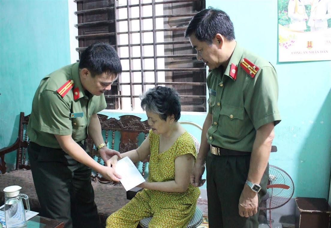 Thăm, tặng quà bà Nguyễn Thị Liên