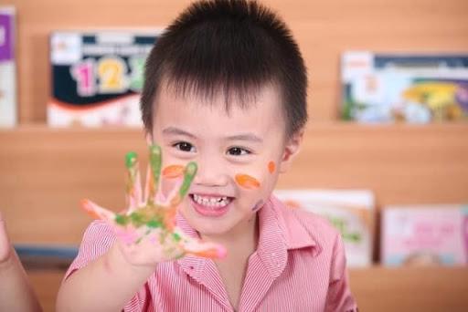 """Các bé mẫu giáo thích tự chạm, nếm, ngửi, nghe và thử mọi thứ. Con cũng hào hứng học hỏi. Con học bằng cách trải nghiệm và làm mọi thứ, học qua chơi. Các con thường bận rộn phát triển kỹ năng, sử dụng ngôn ngữ và """"đánh vật"""" để tự kiểm soát bản thân."""