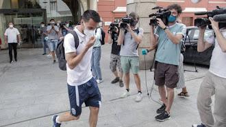 La plantilla del Fuenlabrada sale del hotel donde estaban confinados en Galicia.