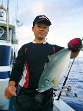 """Photo: 泳がせ用のベイトを釣っていたら・・なんと! """"シマアジ""""じゃあーりませんか! これはおいしく食べて下さい!"""