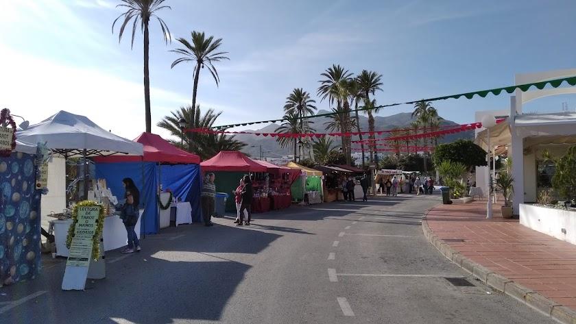 El mercadillo se sitúa en una zona especialmente concurrida y bullente de Mojácar: el Parque Comercial.