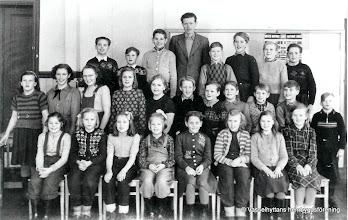 Photo: Skolan 1950. Vasselhyttans skola omkring 1950, Överst fr v, Valter Lindqvist, Stig-Inge Södervall, Harry Persson, Läraren Rune Sollin, Karl-Gustaf Gustafsson, Bertil Hedin, Karl-Axel Sundström, Anders Larsson, Mitten fr v, Anna-Lisa Forsberg, Solveig Bohman, Marianne Persson, Eva-Lisa Österdahl, Birgitta Stensson, Karl-Ola Larsson, Bengt Österdahl, Sune Bohman, Lars Österdahl, Olle Nordström, Bertil Eriksson, Nedre fr v, Kerstin Södervall, Irene Wassberg, Eina Persson, Siv Magnusson, Gun Persson, Vivianne Persson, Gun Karlsson, Berith Ahlström
