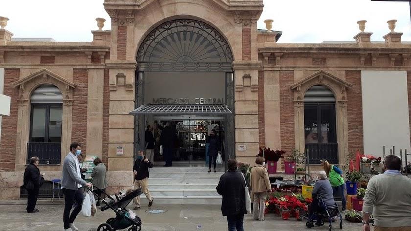 Almerienses en torno al Mercado Central antes del comienzo de la desescalada en Andalucía.
