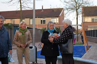 Photo: Loes van Vlijmen van de wijkkerngroep Weidevenne overhandigt een bloemetje aan Monique Klaasen