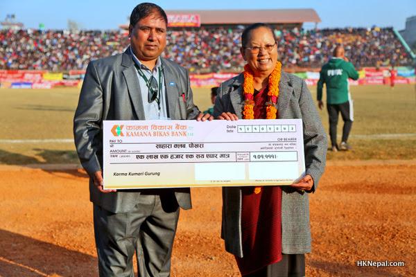 तमु धिँ नेपालका अध्यक्ष कर्माद्धारा सहारा एकेडेमीलाई एक लाख सहयोग