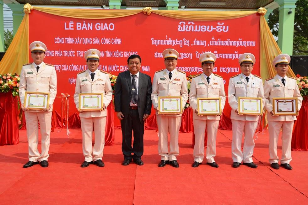 Đồng chí Bun Tổn Chăn Thạ Phon, Bí thư Tỉnh ủy, Tỉnh trưởng Xiêng Khoảng trao tặng Bằng khen cho các cá nhân thuộc Công an tỉnh Nghệ An