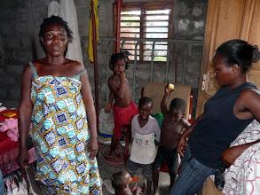 Photo: Une famille déshéritée que nous soutenons depuis 22 ans. à gauche la maman Florence, à droite Diane que nous avons vue naître, nous avons payé sa scolarité jusqu'au BEPC....mais après ???