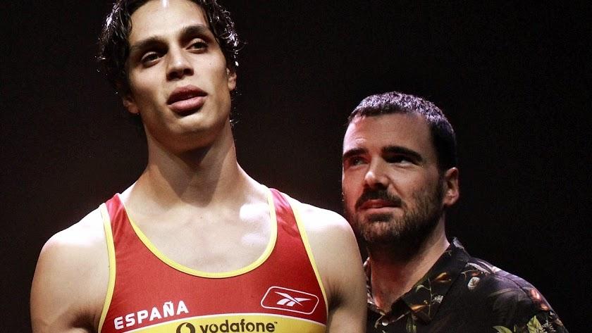 Julio Béjar, director y dramaturgo, observa al actor que da vida a Yago Lamela.