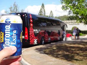 Photo: Řidič autobusu rozdával cestujícím pivo. Mně učili, že za zeptání nic nedáš, tak jsem se ho zeptal, jestli bych si od něj mohl jedno pivo koupit. A von že ne, že to neprodává. A tak mi ho dal zdarma. Děěěěkuji pěkně :)