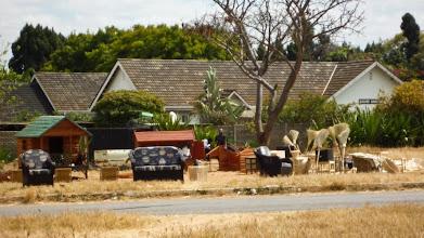 Photo: Handmade furniture on the said of the road in Harare / Ručně vyráběný nábytek u krajnice ulice v Harare
