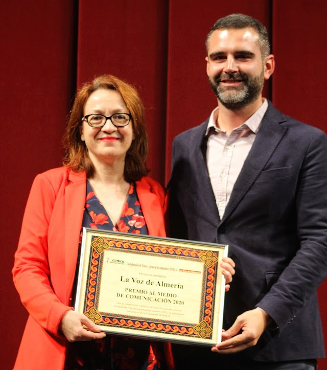La subdirectora de La Voz, recogió el galardón otorgado al periódico de manos del alcalde.
