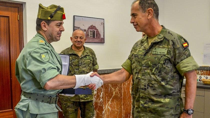 El general González-Valerio entrega la distinción al brigada Canelo (Foto: Brileg)