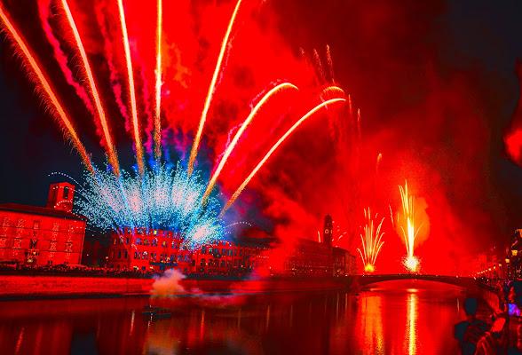 La luminaria veste di rosso il cielo di Pisa di Patrizio