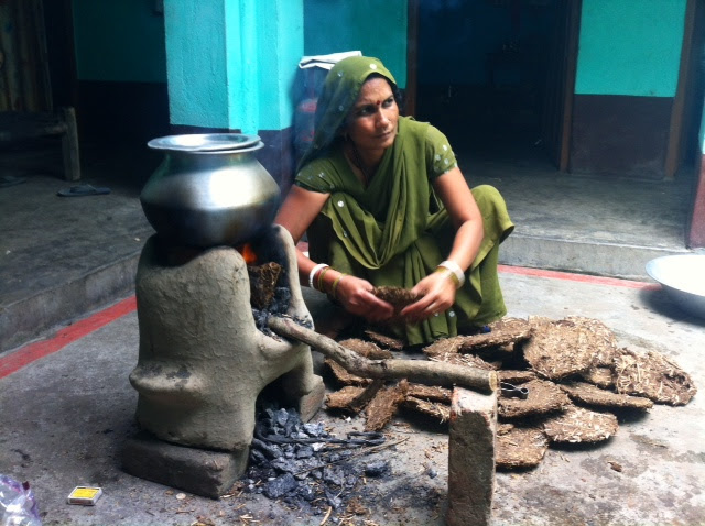 _quemando_estiércol_en_Bihari_