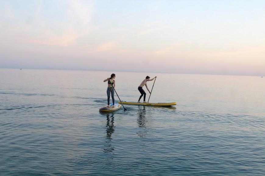 Deporte de stand up paddle en la Playa de San Miguel.