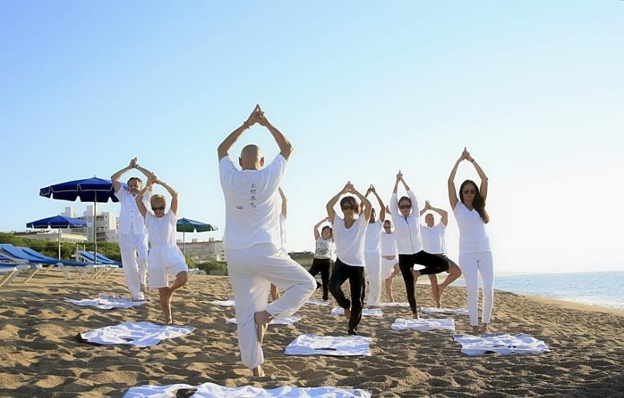 Grupo de personas haciendo la variante de Utkatasana, el Ardha Padma