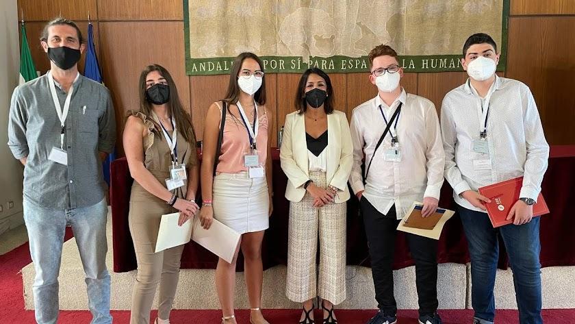 Los cuatro alumnos del IES 'Campos de Níjar', su profesor y Marta Bosquet.