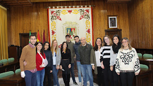 El alcalde con estudiantes en ediciones anteriores del programa de ayuda.