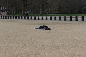 Photo: Moça tirando foto de bonecos, em frente ao Guards Museum. O efeito deve ter ficado bacana.
