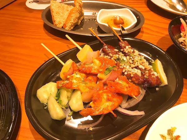 蝦土司很特別好吃,整體吃下來如果沒有那些蘸醬串物表現普通,糯玉米Q彈,套餐不付帶飲料要另點,兩個女生分食剛好,吃氣氛很可以!CP值普通