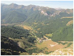 """Photo: Desde """" El Cable """", fotografío la estación principal del teleférico. Al fondo de la imagen por la izquierda, el pico Coriscao. Al otro extremo, es decir, a la derecha: el Espigüete (que si todo sale como está previsto, podremos coronar la próxima semana)."""