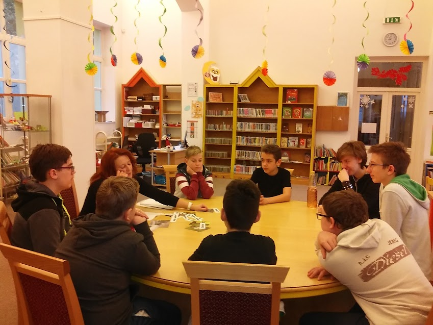 Általános iskolai csoport a könyvtárban