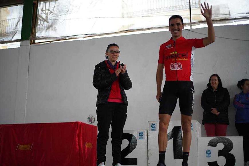 El ganador saludando a los aficionados desde el podio.