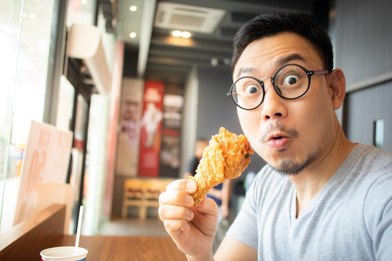 Japonés comiendo pollo frito por Navidad
