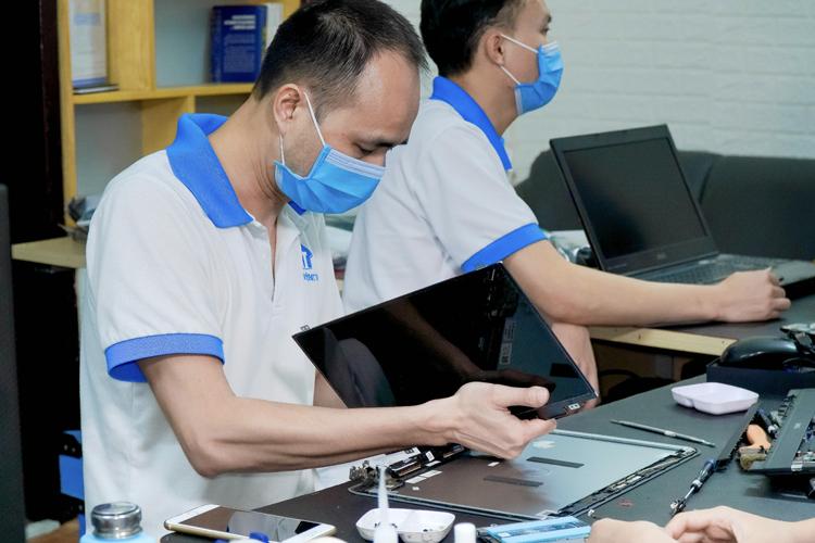 Kỹ thuật viên tiến hành thay màn hình tại trung tâm