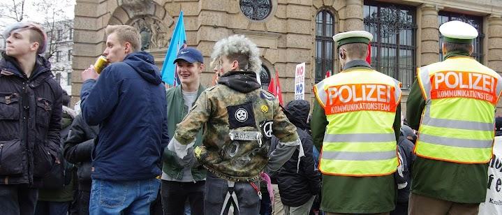 Freundliche Demo: lachende Jugendliche,  Polizei schaut weg.