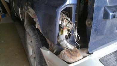 Photo: Plątanina kabli za tylną lewą lampą