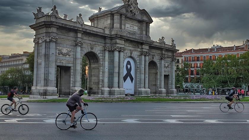 Imagen de la Puerta de Alcalá de Madrid durante la desescalada.