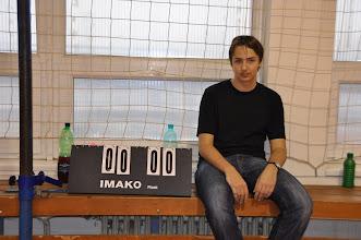 """Photo: Soutěžní utkání v basketbalu """"Gympl vs. absolventi"""". Gympl 39 : absolventi 8 (tělocvična školy, středa 21. prosinec 2011)."""