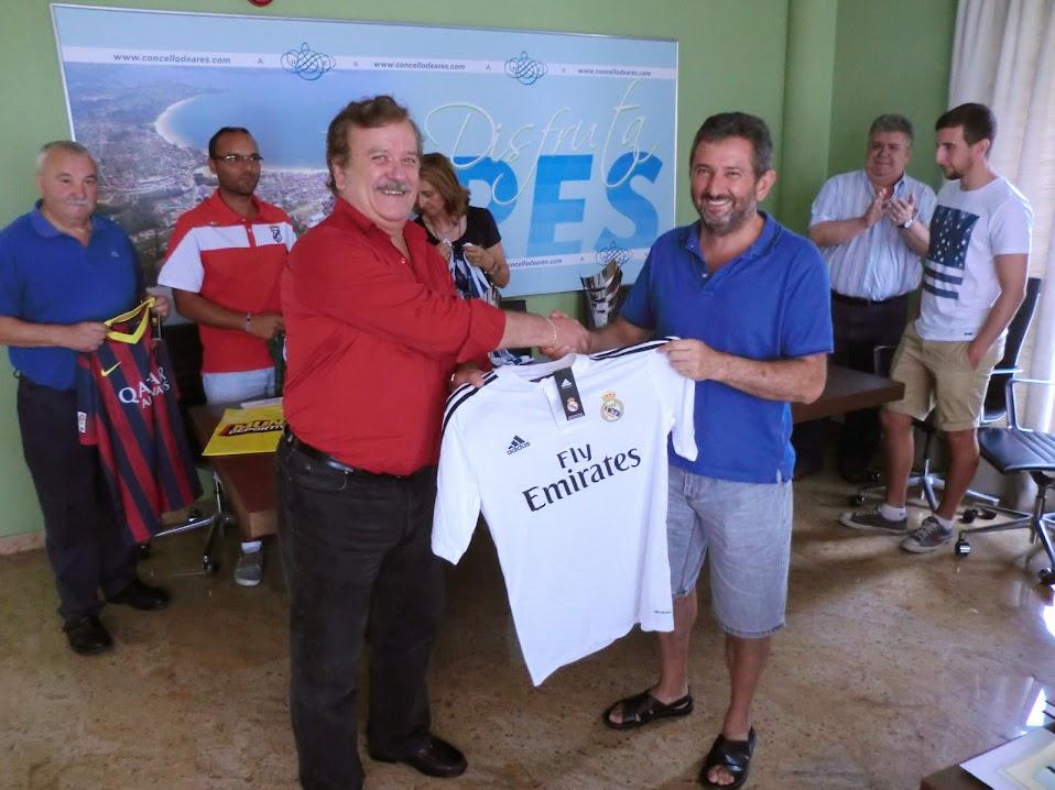 O presidente da peña Betanzeira, d. Juan López,  fixo a entrega dunha camiseta do R. Madrid, co compromiso de que, se o afortunado no sorteo así o desexa, tamén sería asinada polos xogadores madridistas.