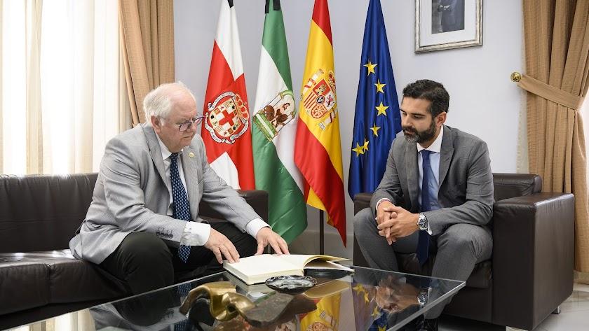 Emilio Gómez-Lama con el alcalde de Almería.