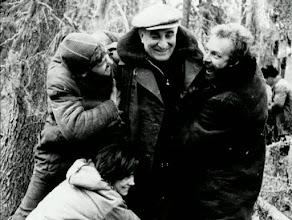 """Photo: Momento de descontração durante as filmagens de """"A carta que não se enviou"""": Kalatozov (ao centro) é abraçado pelos atoresVasiliy Livanov (à esquerda),Evgeniy Urbanskiy (à direita) e Tatyana Samoylova (em baixo)."""