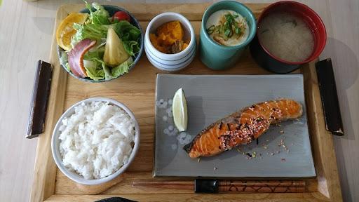 鮭魚煎的很好吃,米飯也不錯(*´ー`*)