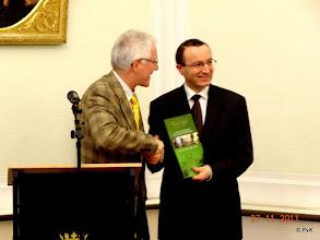 Photo: Johan Verrest (bestuurslid van de Franz Liszt Kring) overhandigt het prachtige boek 'Franz Liszt in Nederland' aan ambassadeur H.E. Gyula Sümeghy