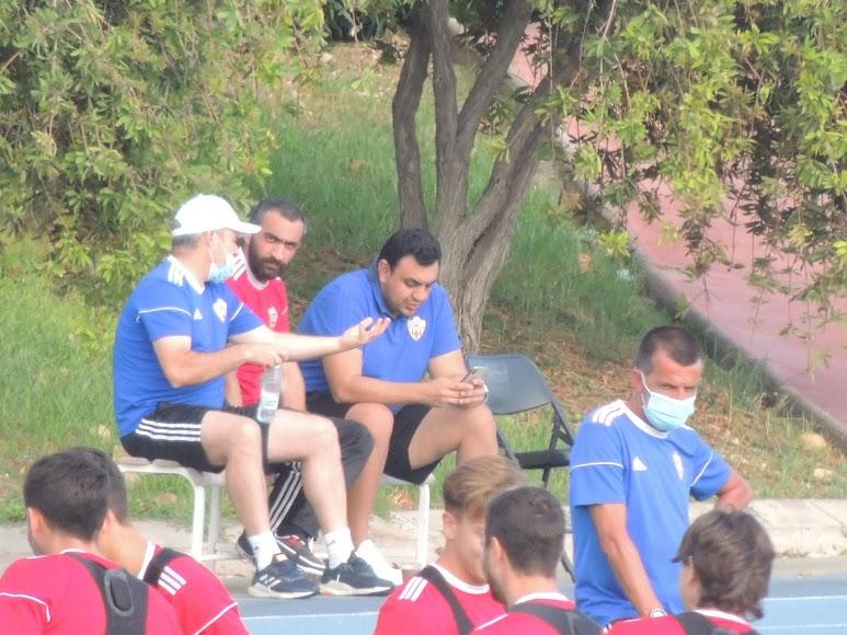 El Assy en un momento del entrenamiento del domingo hablando con Victor Mañas.