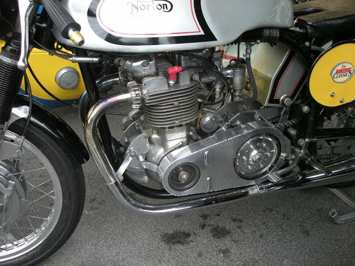 triton-equiper-avec-un-moteur-triumph-500-grand-prix-propose-par-machines-et-moteurs-le-specialiste-des-triumph-bonneville-et-norton-commando