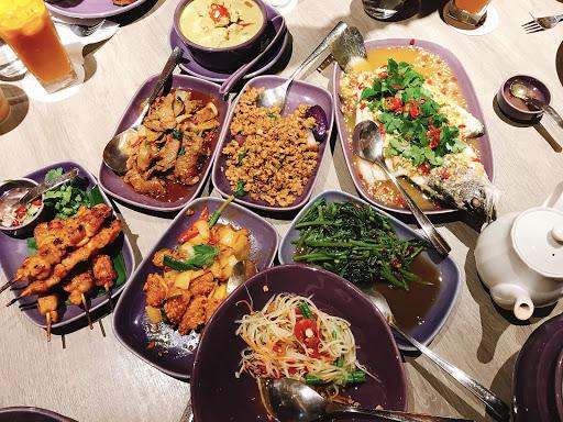 菜單上的菜色還蠻多樣的,剛好六個人來吃飯,就乾脆點個六人套餐,另外想吃的再加點,應該不會太多吧!  沙拉選擇了涼拌青木瓜絲,味道還不錯,有一點酸酸的搭上青木瓜絲,蠻開胃的沙拉。  前菜選擇了泰南雞肉串