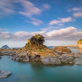 你的孤單 是座城堡 讓人景仰 卻處處防疫;你的溫柔 那麼緩慢 小心翼翼 脆弱又安靜 by Gary Lu - Landscapes Beaches ( beach, gary lu )