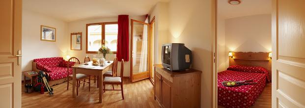 Photo: Coin salon et chambre double d'un appartement de la résidence