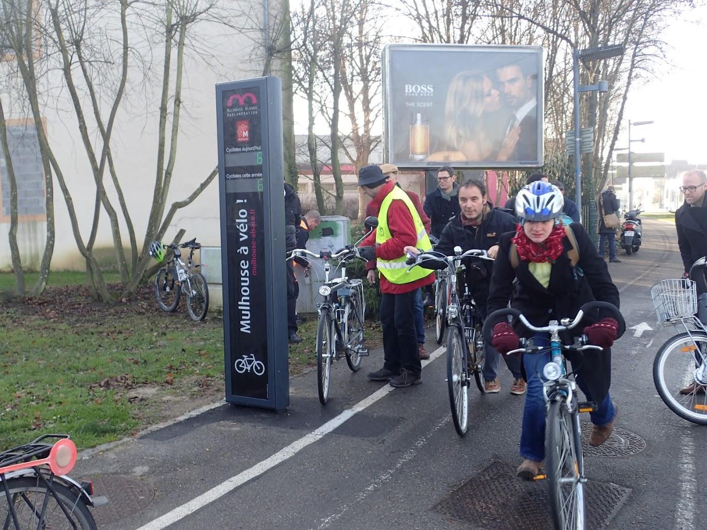 les cyclistes de passage ne comprennent pas la raison de cet attroupement