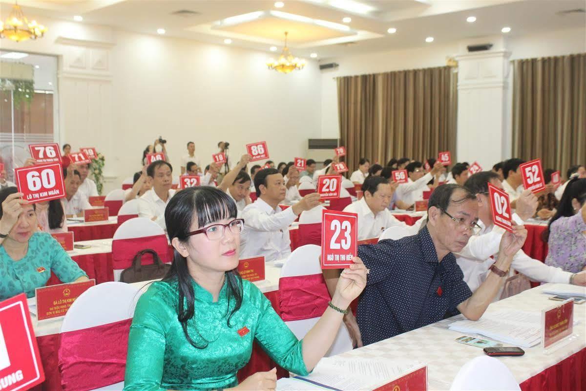 Các đại biểu HĐND tỉnh biểu quyết thông qua các nội dung quan trọng tại Kỳ họp