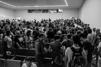 Photo: Ante la insistencia de Iñako de que no se ocupen los pasillos, los espectadores, en su mayoría supuestos irreverentes de Podemos, manifiesta su descontento tomando ambos pasillos laterales. Txema, en plan Adolfo Suárez, no se despega del asiento.