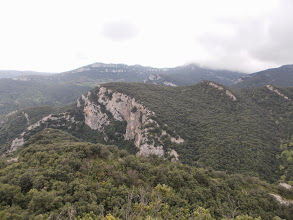Photo: Premier plan:Cingles de Puigconté et au Fond Serra de Corsavell et Coll de Daina à D