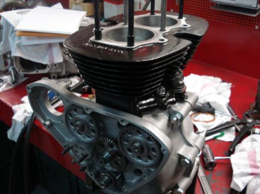 Moteur Triumph  Rickmann monté par machines et Moteurs dans un cadre Norton vu du côté distribution